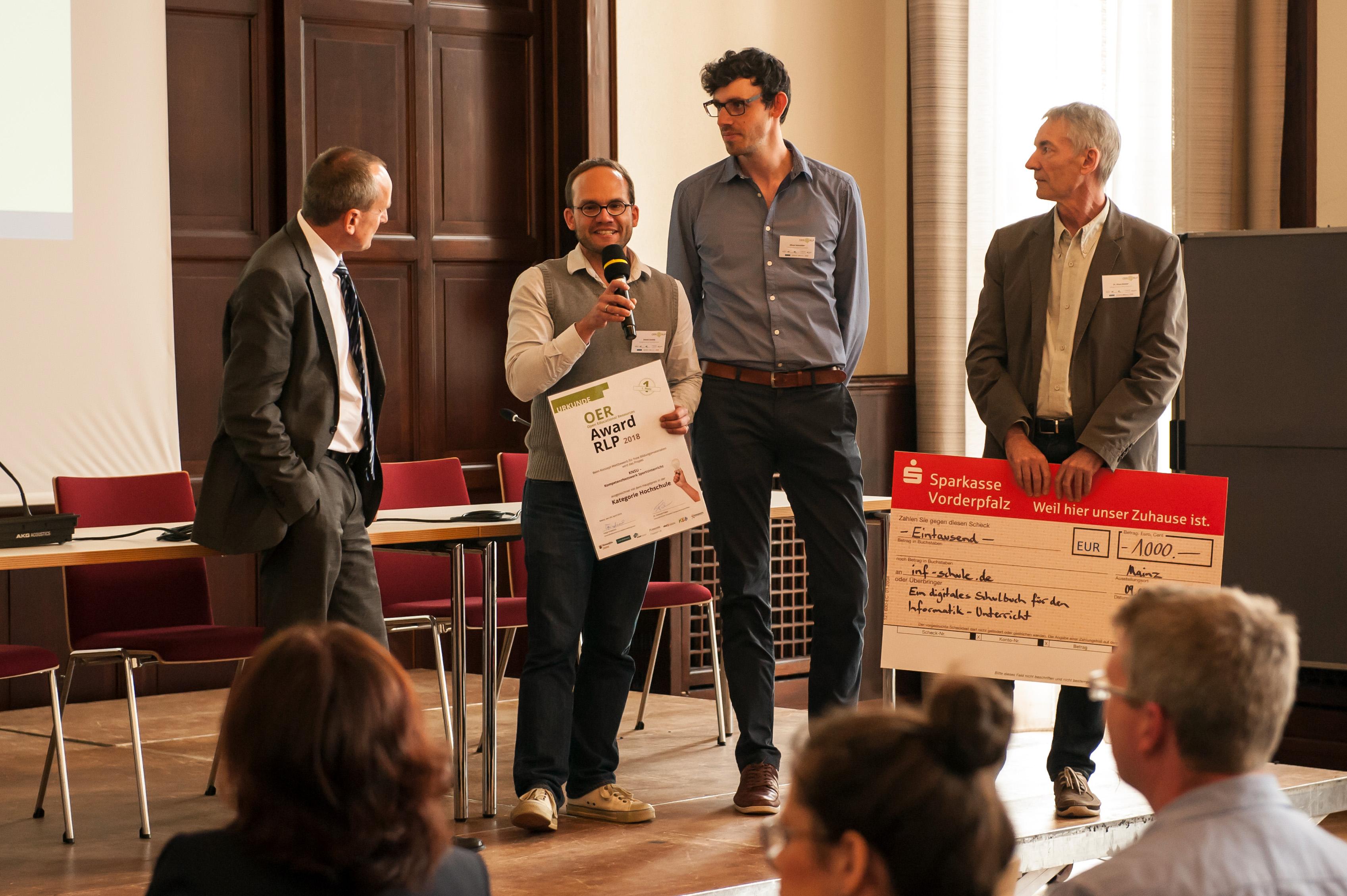 """Das Foto zeigt die Gewinner des OER Awards RLP 2018 im Bereich """"Schule und Jugendbildung"""" bei der Siegerehrung zusammen mit Minister Konrad Wolf."""