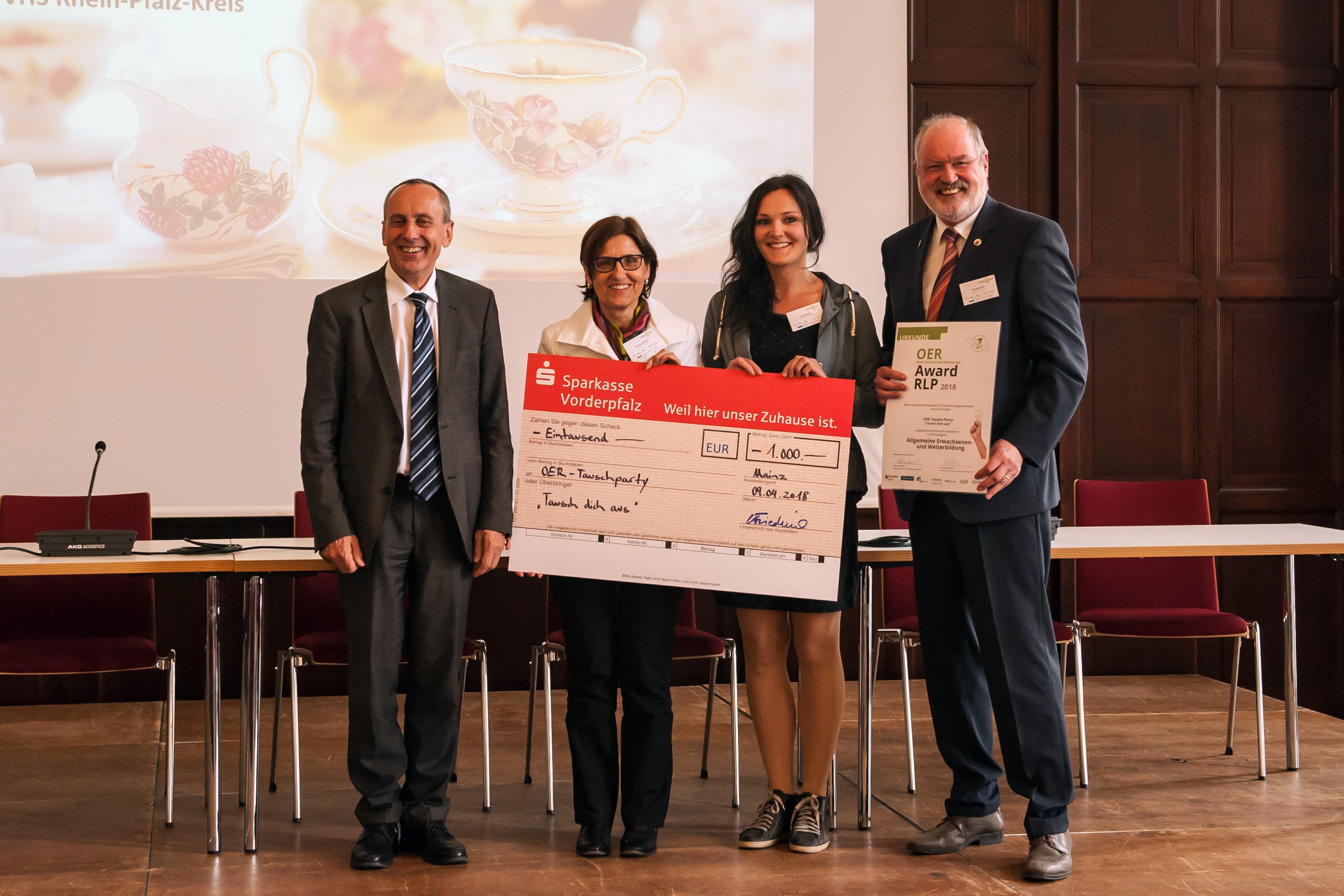 """Das Bild zeigt die Gewinnerin des OER Awards RLP 2018 im Bereich """"allgemeine Erwachsenen- und Weiterbildung"""" bei der Siegerehrung zusammen mit Minister Konrad Wolf."""